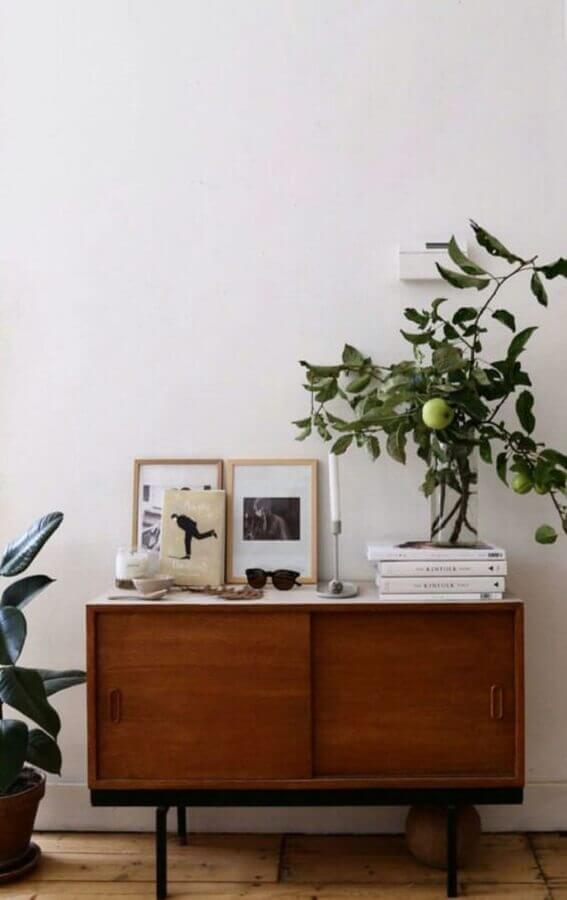 decoração simples com aparador buffet pequeno de madeira Foto Apartment Therapy