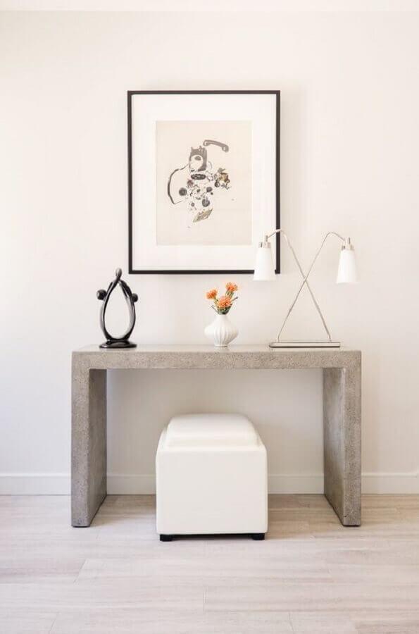 decoração simples com aparador para corredor pequeno  Foto MyDomaine