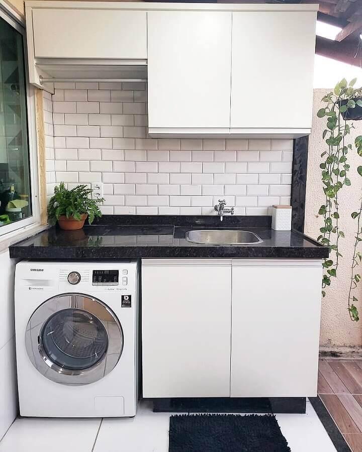 decoração simples com armário pequeno para lavanderia branca e preta Foto Pinterest