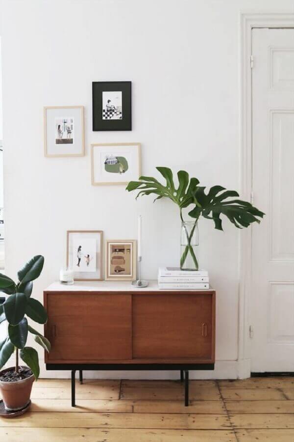 decoração simples com buffet pequeno de madeira Foto NaMedida
