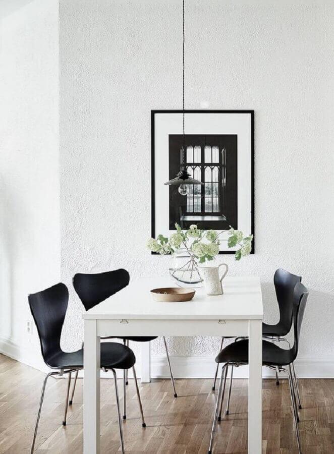 decoração simples com cadeiras pretas para sala de jantar minimalista Foto Coco Lapine Design