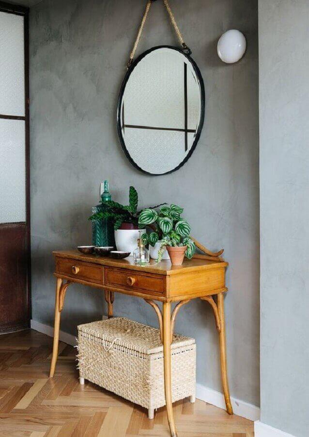 decoração simples com espelho redondo e aparador pequeno com gaveta de madeira  Foto Histórias de Casa