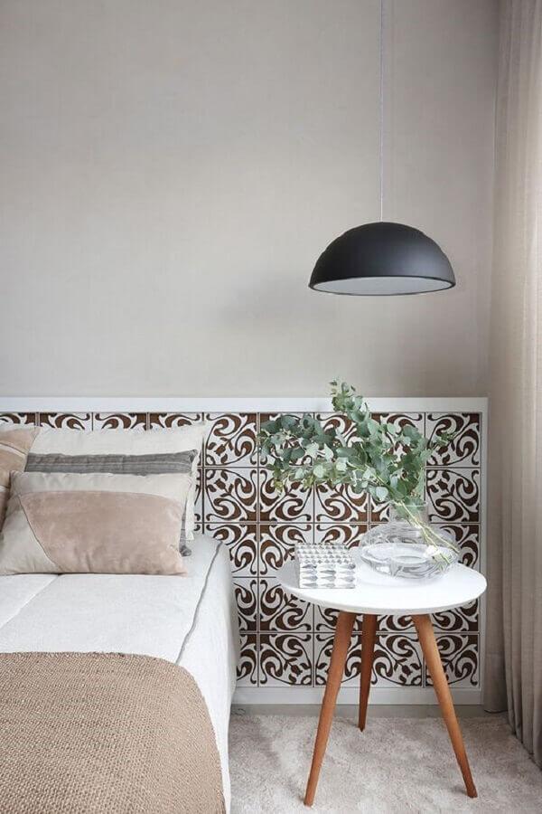 decoração simples com luminária pendente e mesa de canto retrô para quarto de casal Foto Casa de Valentina