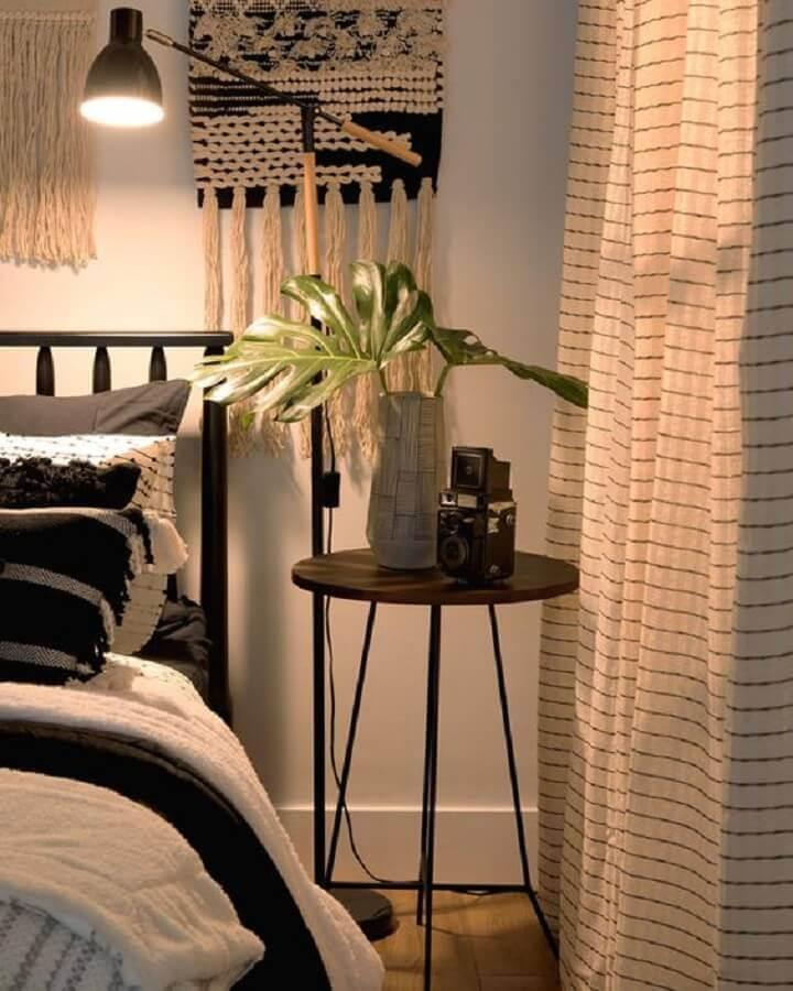 decoração simples com mesa de canto para quarto pequeno Foto Pinterest
