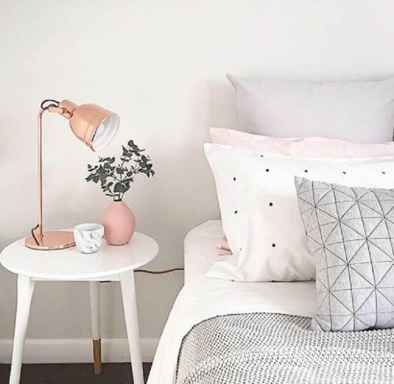 decoração simples com mesa de canto redonda para quarto branco e rosa Foto Talita Lisboa