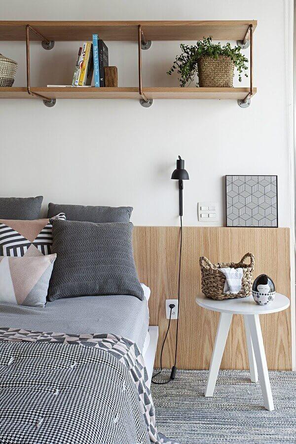 decoração simples com mesa de canto redonda para quarto com cabeceira de madeira  Foto Futurist Architecture