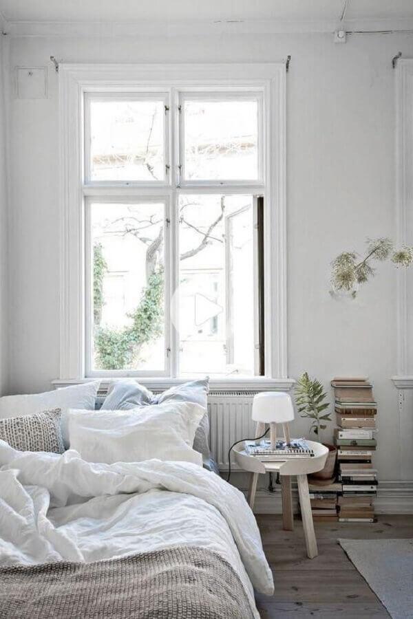 decoração simples com mesa de canto redonda para quarto todo branco  Foto Apartment Therapy