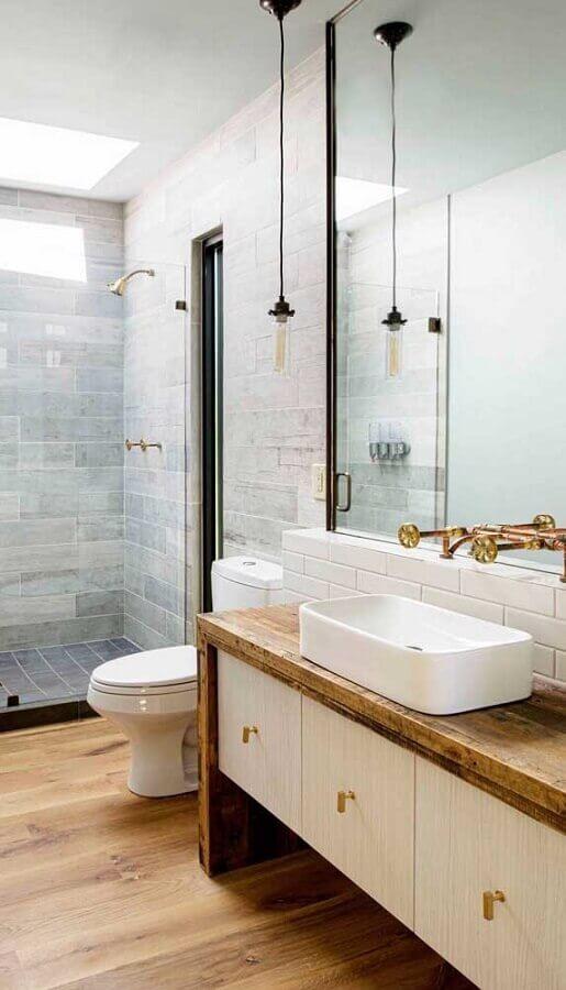 decoração simples com pendente para pia de banheiro com bancada de madeira Foto Archilovers