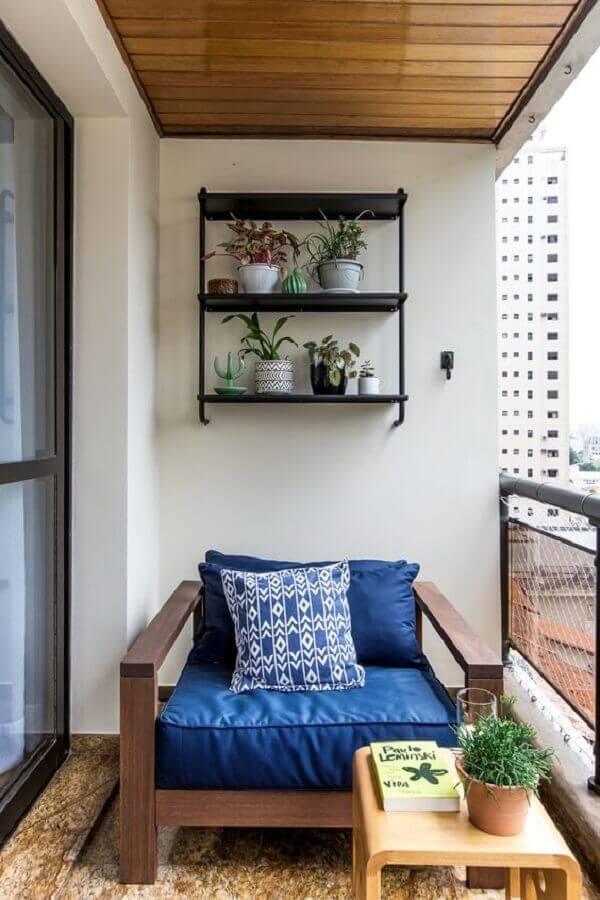 decoração simples com poltrona de madeira para varanda de apartamento Foto D2N Arquitetura Interiores