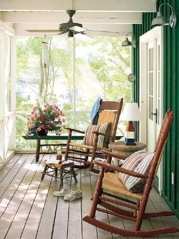 decoração simples com poltrona de madeira para varanda rústica Foto Jeito de Casa
