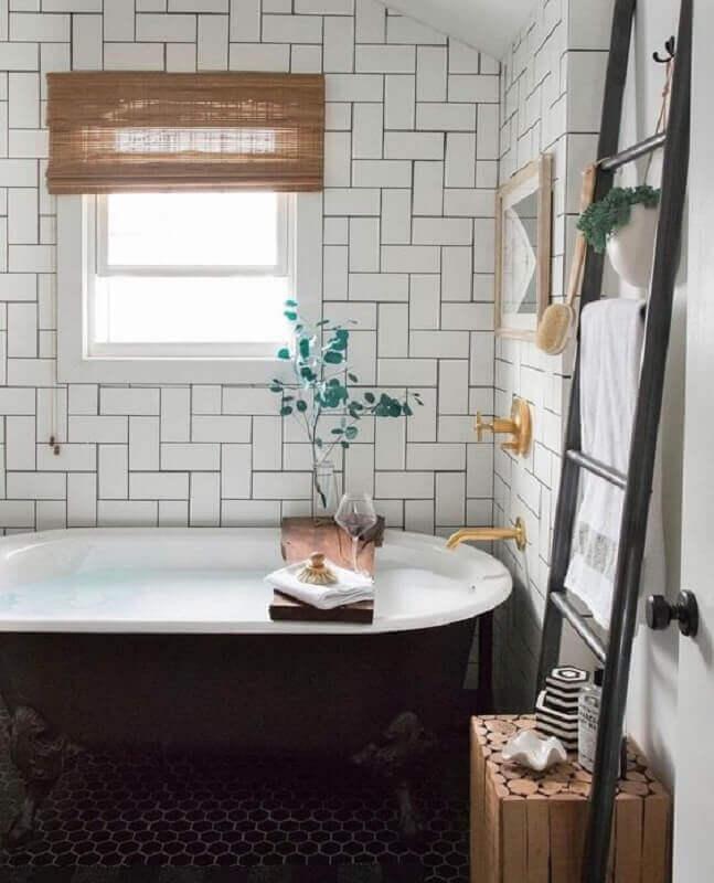 decoração simples para banheiro com metro white e banheira preta Foto Pinterest