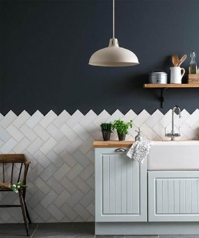 decoração simples para cozinha com metro white e parede preta Foto Casa Montada