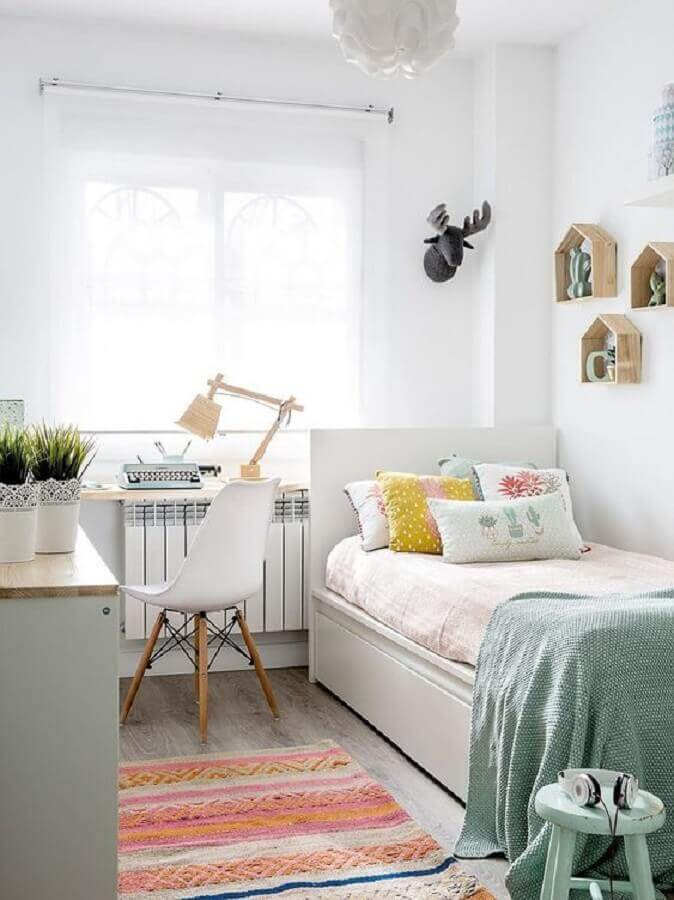 decoração simples para quarto de adolescente feminino todo branco com tapete colorido  Foto Arkpad