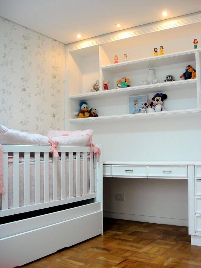 decoração simples para quarto de bebê com papel de parede floral romântico Foto Danyela Correa