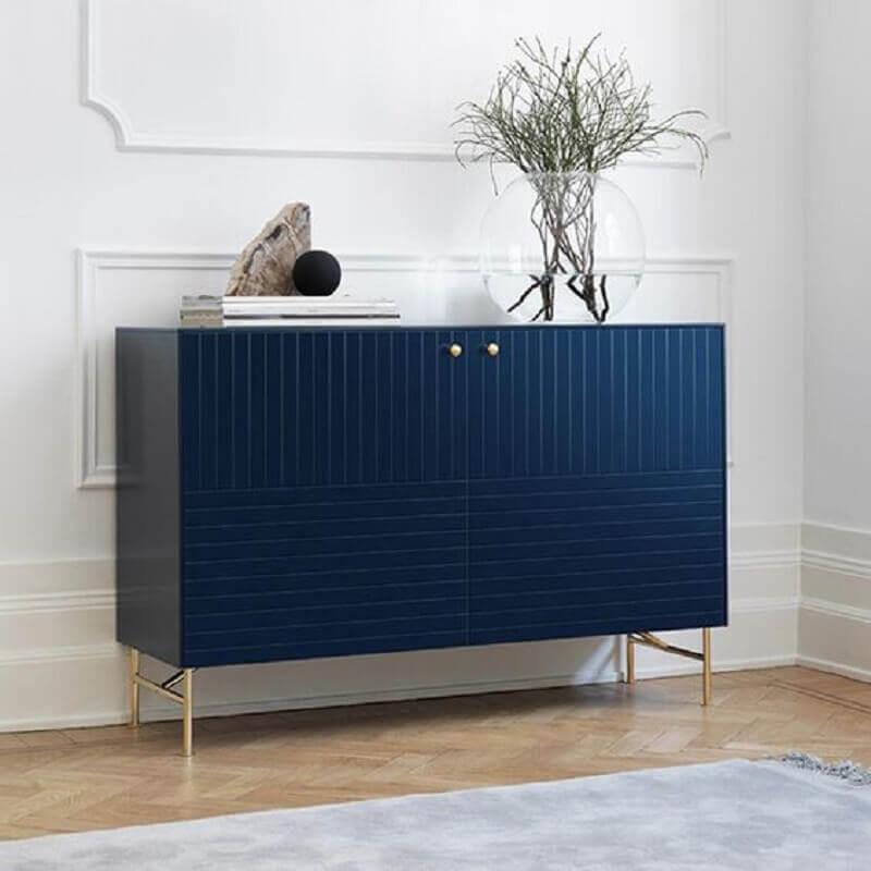 decoração sofisticada com aparador buffet pequeno azul marinho com puxador dourado Foto My O'verlays