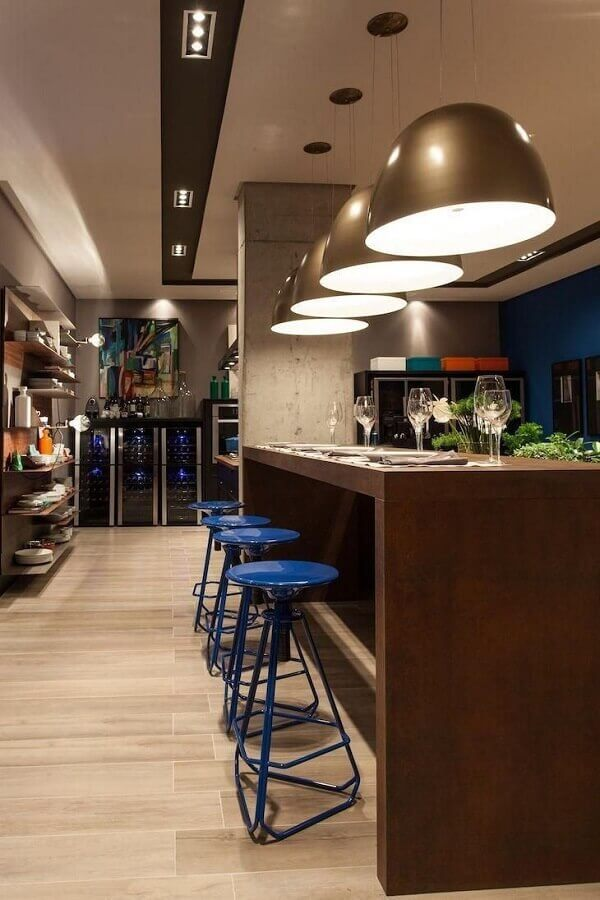 decoração sofisticada com banquetas modernas para área gourmet Foto Juliana Pippi