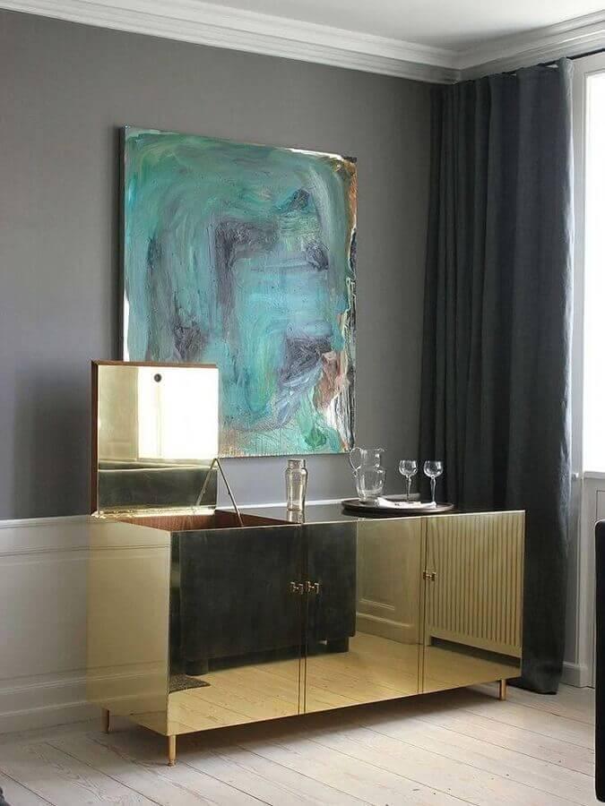decoração sofisticada com buffet pequeno espelhado na cor dourada Foto Otimizi