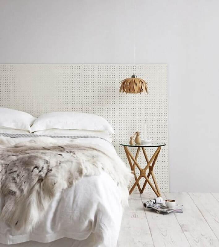decoração simples com mesa de canto redonda para quarto todo branco  Foto Pinterest