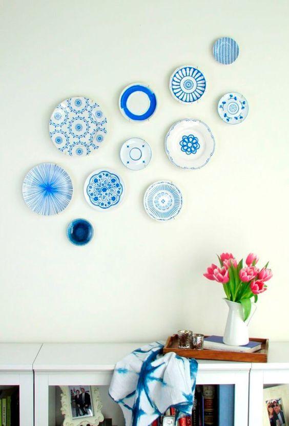 Parede decorada com pratos avulsos de porcelana