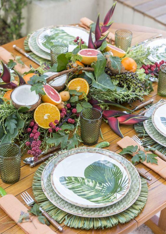 Decoração com pratos de porcelana de folha