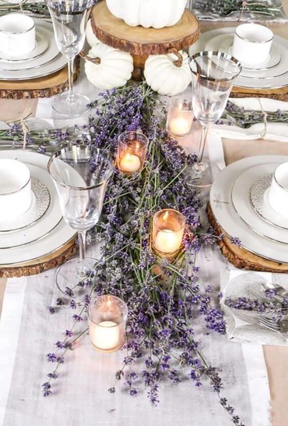 Decoração de mesa de jantar na cor de lavanda