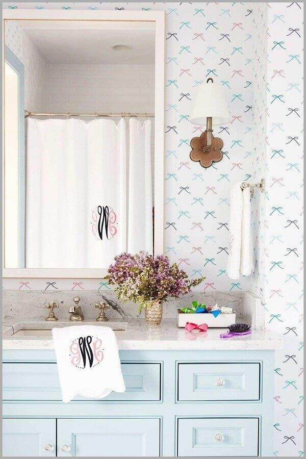 delicado papel de parede romântico para banheiro decorado com gabinete azul pastel Foto Achados da Decoração