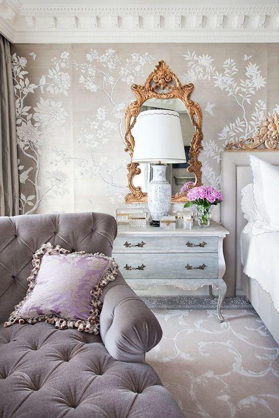 Quarto com divã lavanda estilo clássico