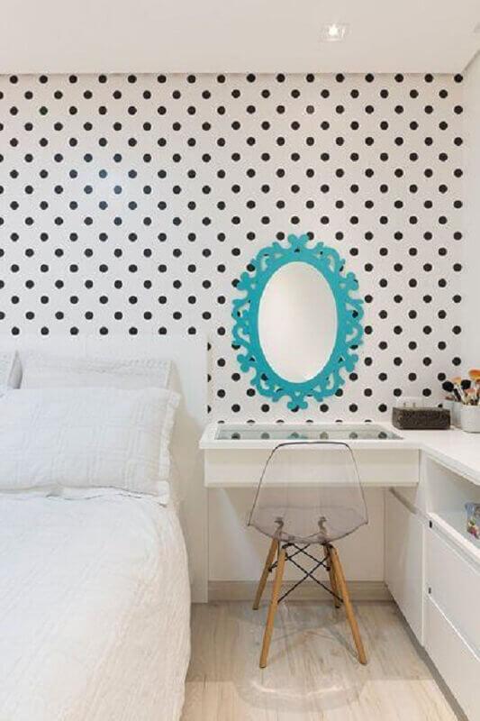 espelho colorido para quarto de adolescente feminino decorado todo branco com papel de parede de bolinhas  Foto Pinterest