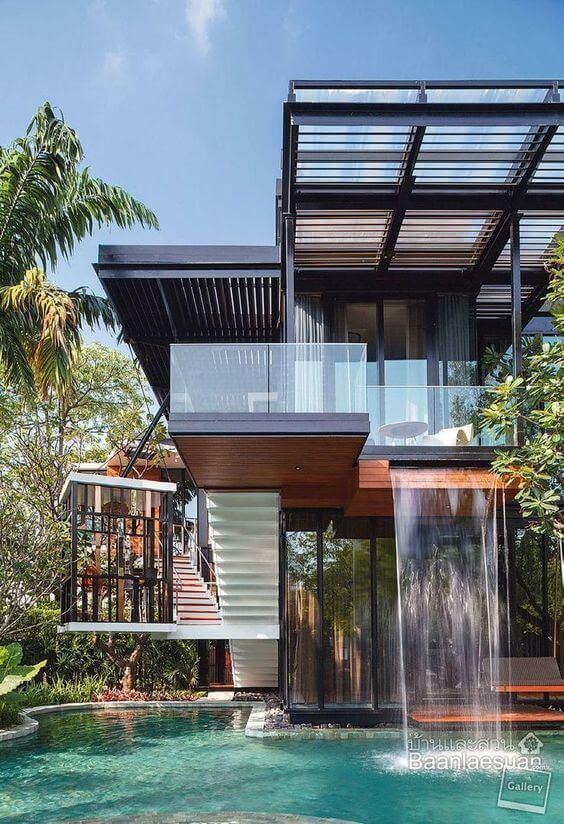 Fachadas modernas com janelas de vidro e piscina chique