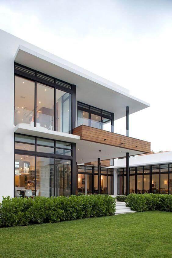 Fachadas modernas com revestimento de madeira e janelas de vidro