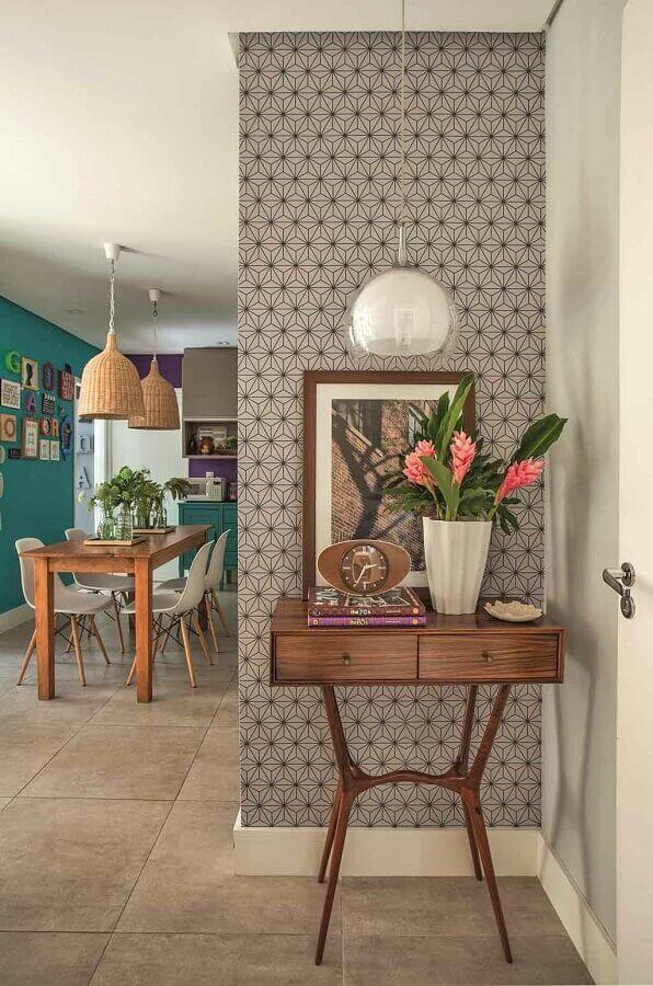 hall de entrada decorado com aparador pequeno de madeira com gavetas  Foto Casa de Valentina