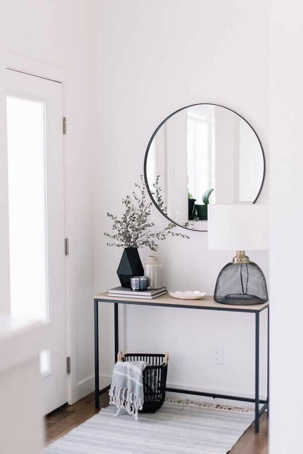 hall de entrada minimalista decorado com espelho redondo e aparador pequeno  Foto Home Fashion Trend