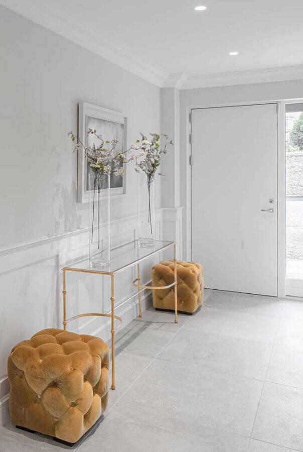 hall de entrada sofisticado decorado com aparador pequeno de vidro  Foto Home Fashion Trend