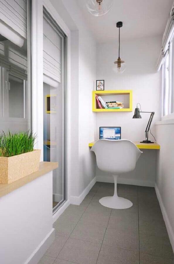 home office para varanda pequena decorada toda branca com detalhes em amarelo Foto Andrea Móveis
