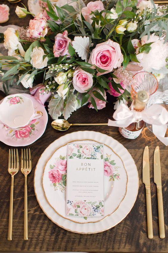 Mesa de jantar com flores combinando com os pratos