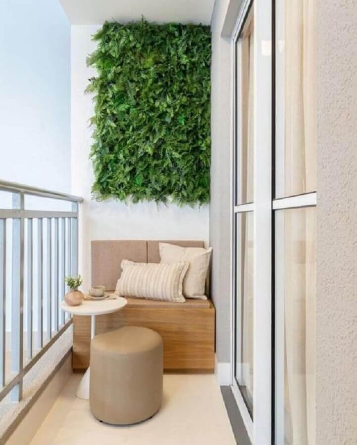 jardim vertical para decoração de varanda pequena com banco de madeira  Foto Jeito de Casa