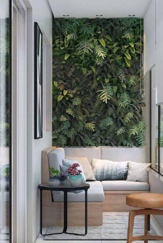 jardim vertical para decoração de varanda pequena com sofá de canto planejado Foto Architrends