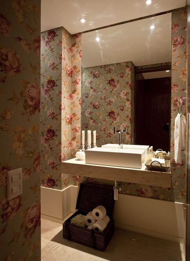 lavabo sofisticado decorado com papel de parede floral romântico Foto Maurício Karam