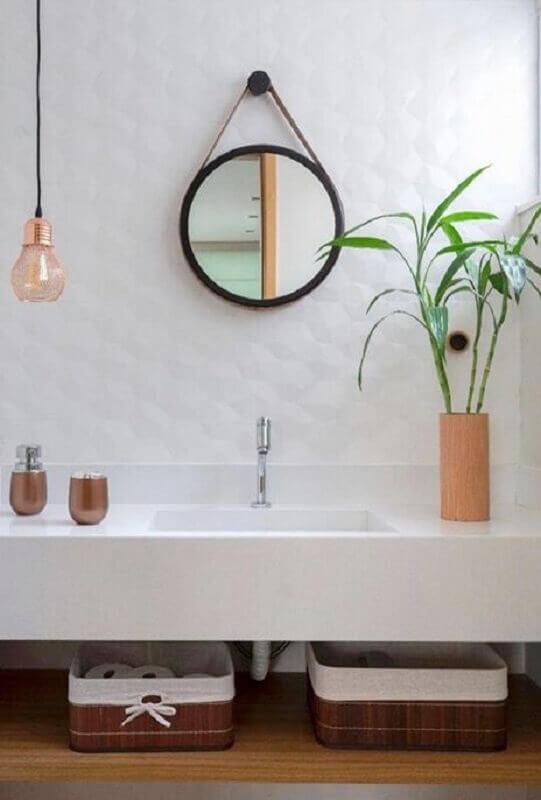 luminária pendente para banheiro branco decorado com espelho redondo com alça Foto Archtrends