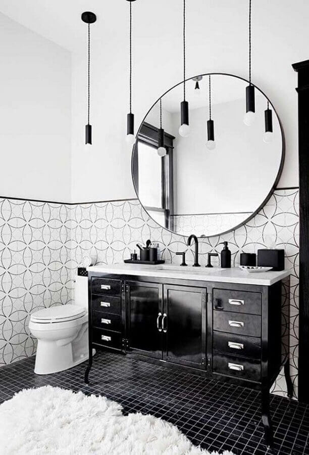 luminária pendente para banheiro branco e preto decorado com gabinete clássico Foto One Kindesign