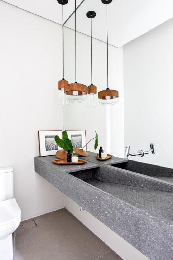 luminária pendente para banheiro minimalista decorado com pia esculpida  Foto Casa de Valentina