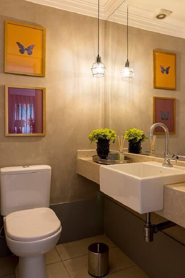 luminária pendente para banheiro pequeno decorado com quadros em parede de cimento queimado Foto Casa de Valentina