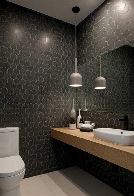 luminária pendente para banheiro preto moderno decorado com revestimento hexagonal Foto Apartment Therapy