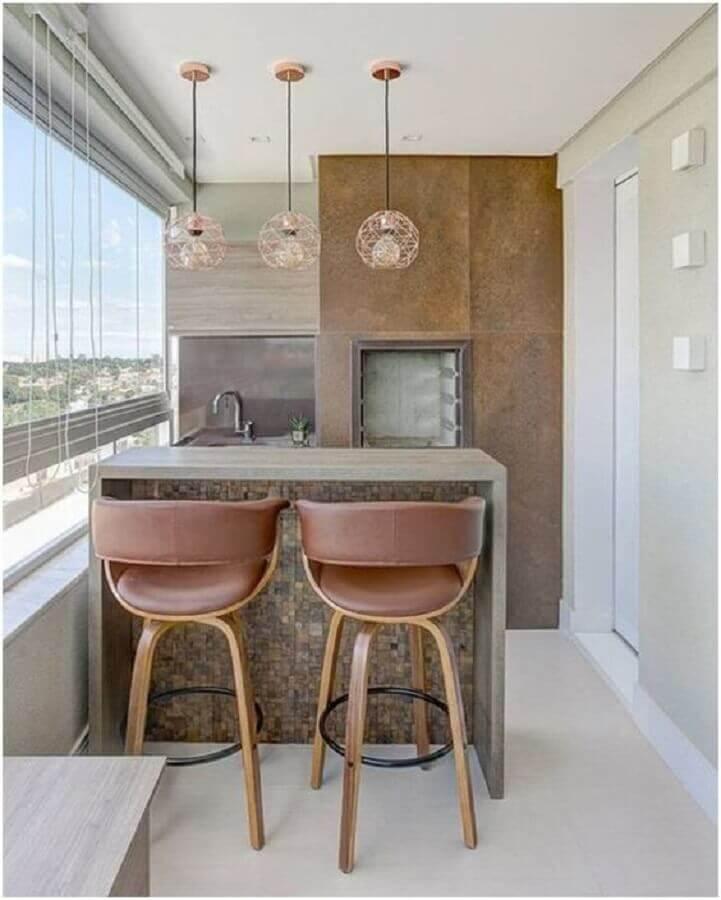 luminária rose gold para decoração de varanda gourmet pequena apartamento com churrasqueira  Foto Histórias de Casa