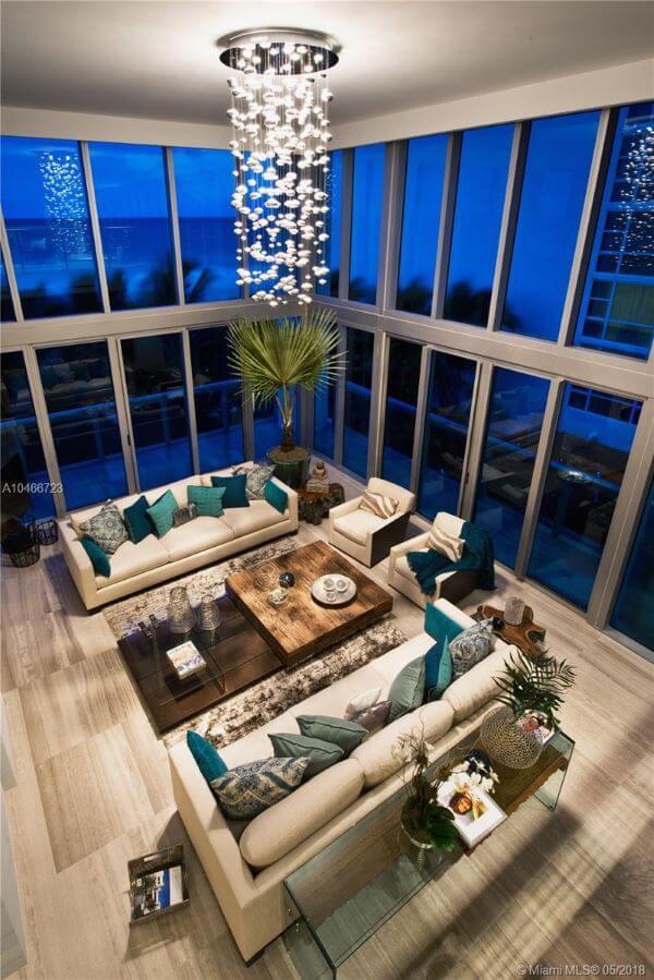 Sala de estar com pendente de cristal