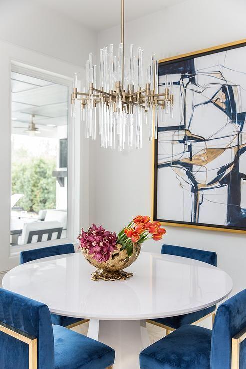 Mesa de jantar com pendente de cristal redondo