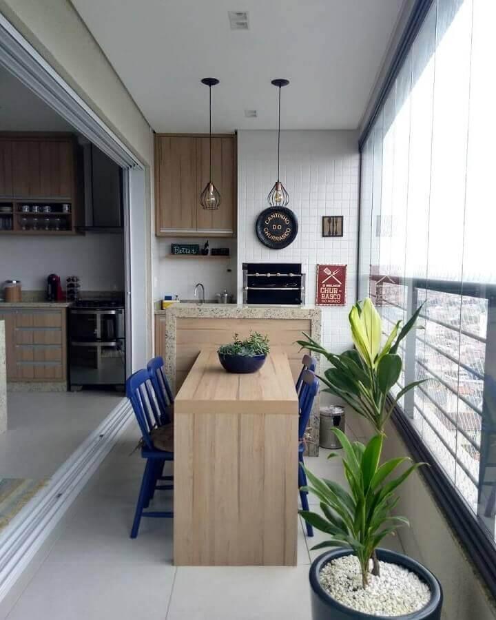 móveis para varanda de apartamento decorado com churrasqueira e cadeiras azuis  Foto Dicas de Mulher