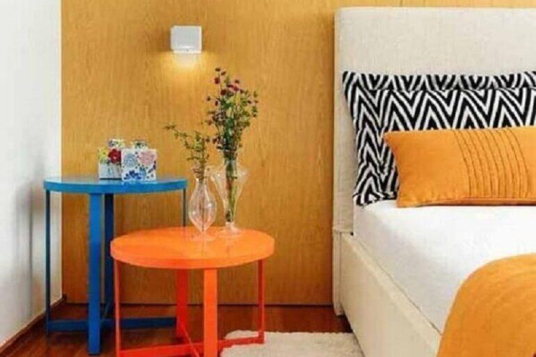 mesa de canto colorida para quarto decorado com tapete branco Foto Pinterest