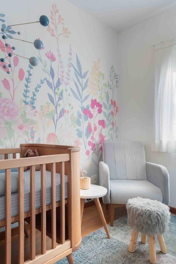 mesa de canto para quarto de bebê cinza e branco decorado com papel de parede floral Foto Duas Arquitetura