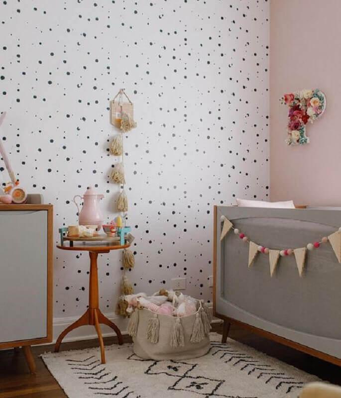 mesa de canto para quarto de bebê decorado com papel de parede de bolinhas e berço cinza Foto MamãeAchei!